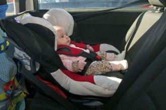 Bebés: aconsejan no llevarlos en la sillita del auto por más de una hora