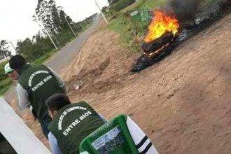Despidos motivaron una protesta con quema de cubierta y acampe