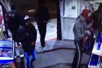 Nueve encapuchados saquearon un drugstore y quedaron grabados