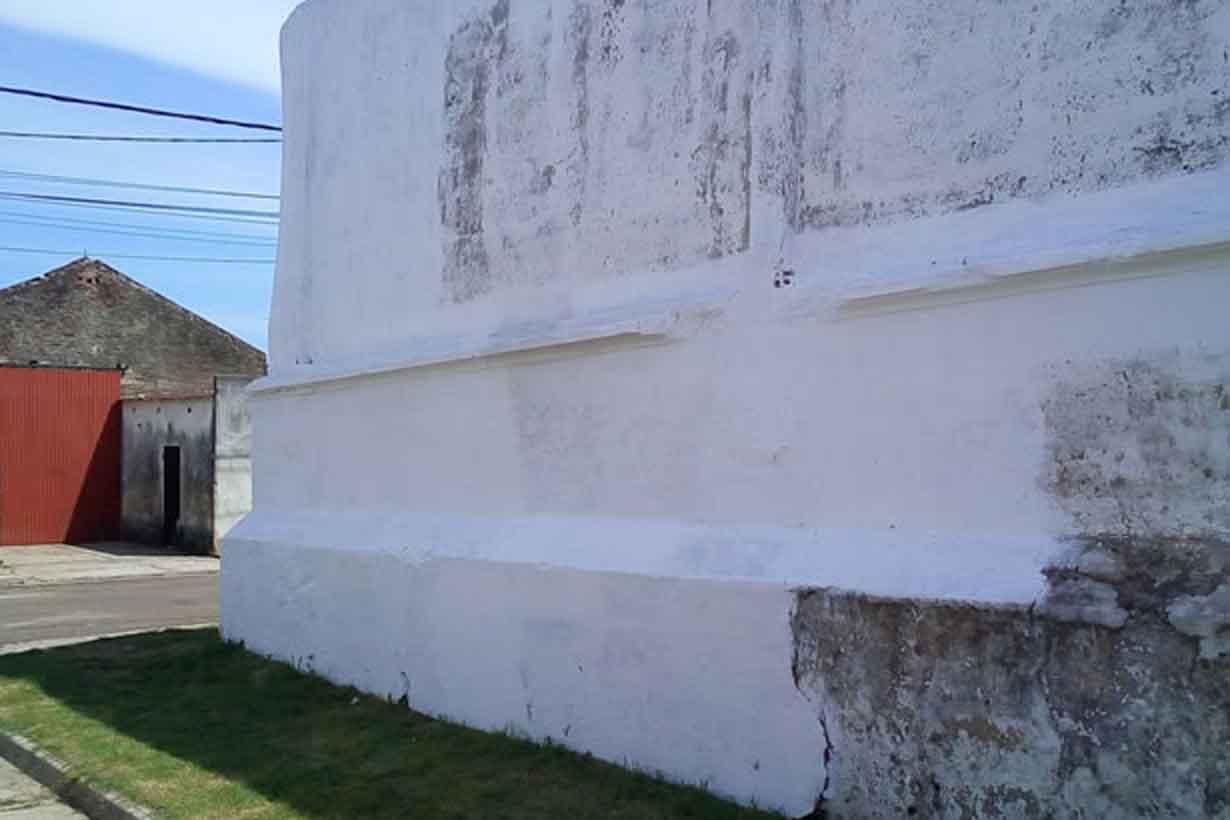 El blanqueo del muro quedó sin terminar