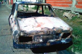 Jóvenes quemaron un auto y vecinos le atribuyen la culpa a la droga