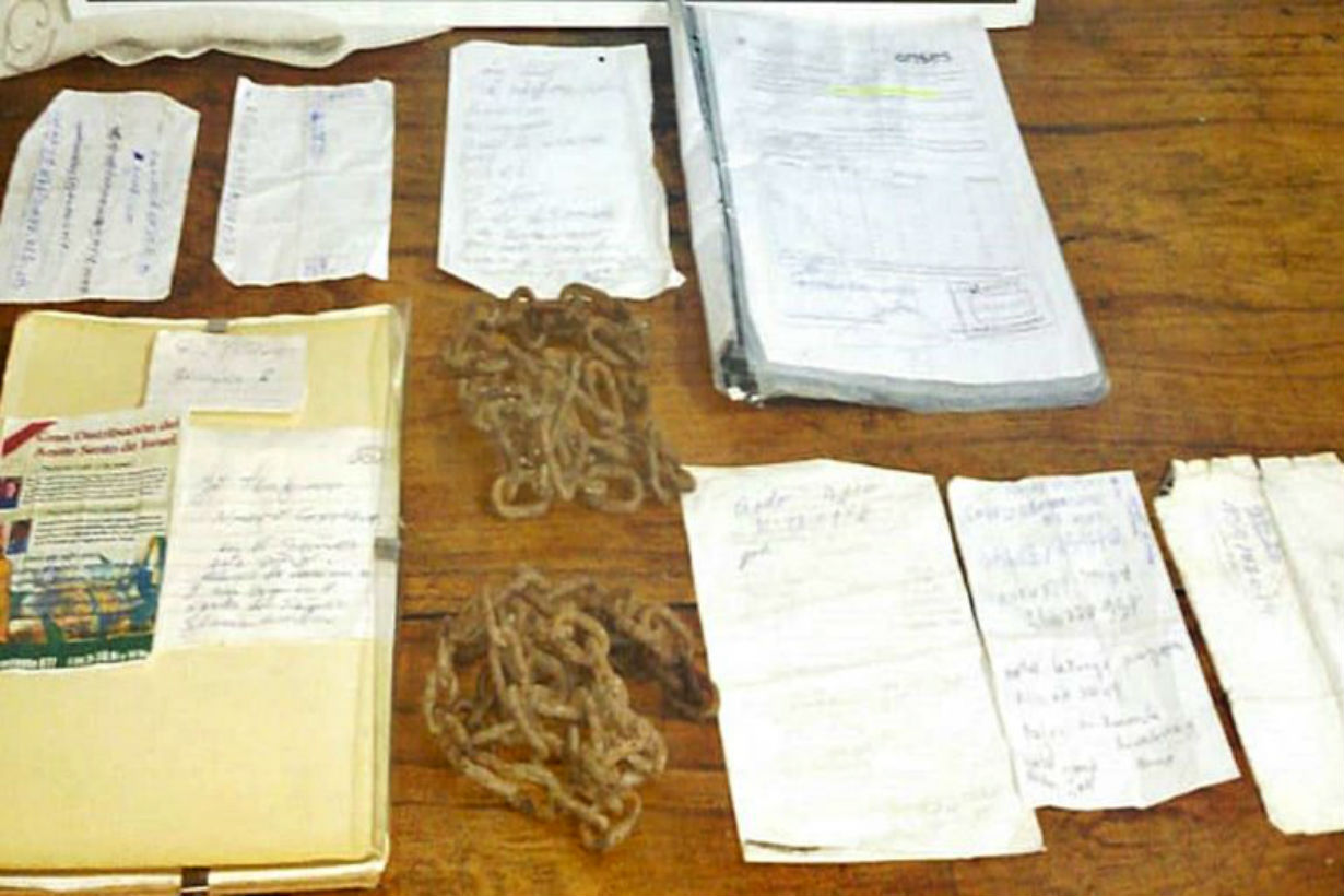 Cadenas y documentos, donde estaba el ahora preso.