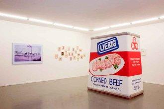 Una réplica de la mítica lata de Corned Beef de Liebig gana protagonismo en una galería porteña