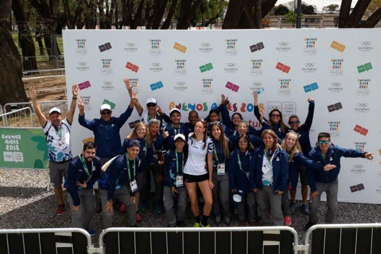 Los voluntarios con la triatleta Delfina Orlandini