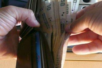Encontró una billetera y la devolvió con un pedido de trabajo escrito a mano