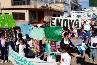 Alumnos y docentes salen a las calles de Gualeguaychú para reclamar al unísono por un ambiente sano