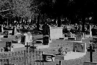 Lo atacaron a puñaladas mientras trabajaba en el cementerio