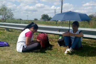 """""""Haciendo dedo"""": La imagen de docentes entrerrianas al costado de la ruta se hizo viral"""