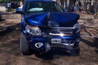 Por evitar un choque con otro auto, impactó contra el frente de una casa