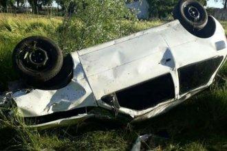 Un auto en el que iban varios jóvenes terminó con sus ruedas hacia arriba