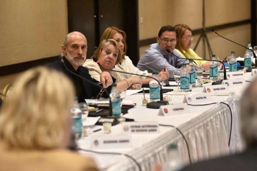 Landó en reunión con ministros de otras provincias
