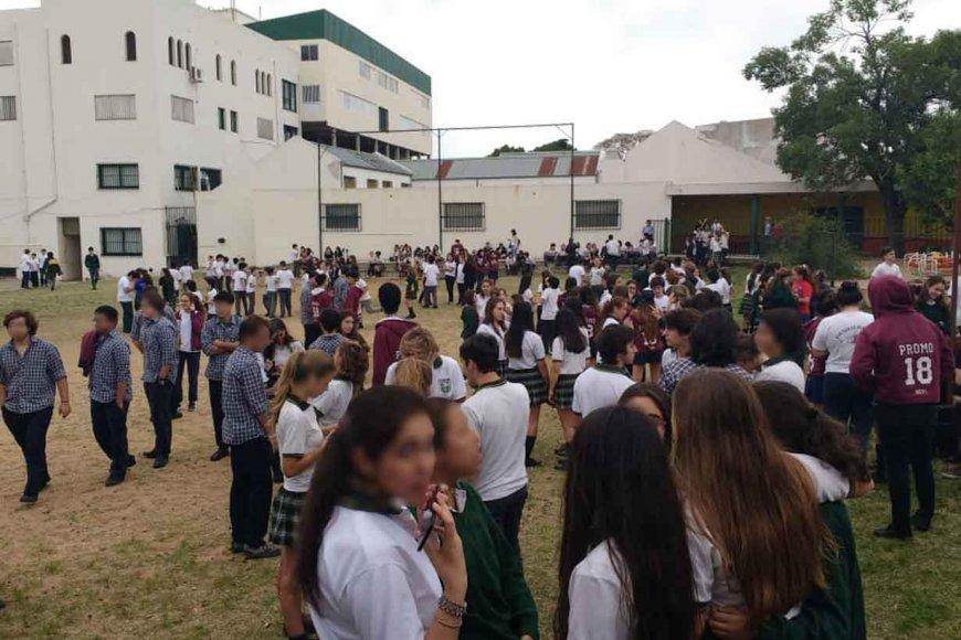 Los alumnos fueron evacuados al patio externo.