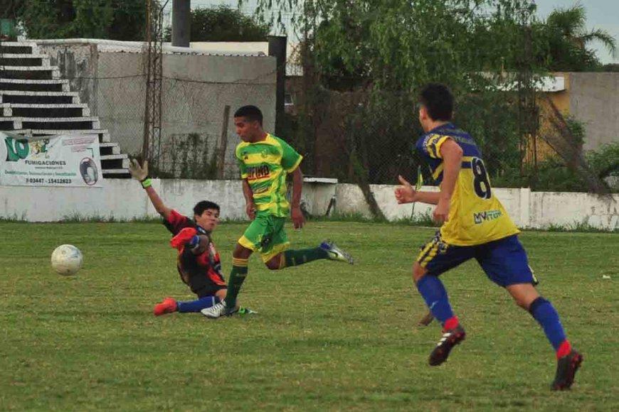 Pellenc camino al 3º gol de Ñapindá/ R. Comán.