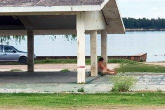Mujer completamente desnuda desconcertó a la Policía
