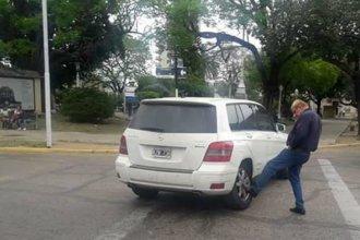 El ex intendente Juan Carlos Cresto chocó con su camioneta, en pleno centro