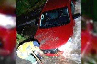 Bajo la lluvia, tractor debió socorrer a una camioneta que cayó a un arroyo