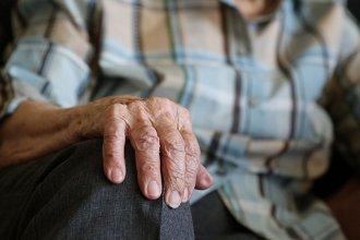 Delincuentes engañaron a un anciano y le robaron los ahorros de su vida