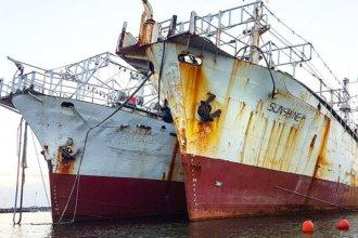 Dos barcos coreanos abandonados en un astillero despiertan preocupación en la otra orilla