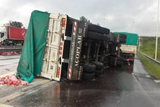 Durante las intensas lluvias un camión volcó en uno de los accesos de Concordia