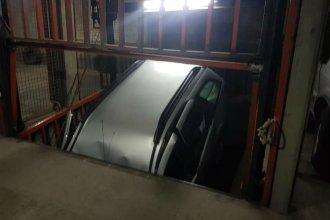 Desesperado rescate con final feliz de un auto que cayó en el hueco de un ascensor