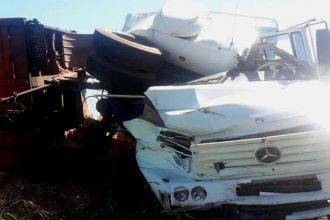Una camioneta y dos camiones protagonizaron un violento choque en cadena