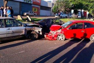 Cuatro heridos graves: Venían a alta velocidad y chocaron contra dos autos estacionados