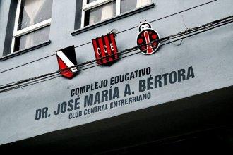 Dieron orden de restricción al hombre que golpeó a un profesor dentro de la escuela