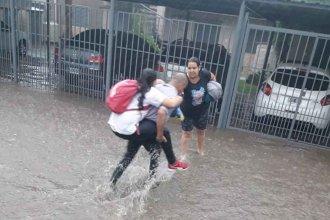 Elogios en las redes al colectivero que auxilió a una niña durante el temporal