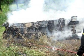 Un camión embistió a otro, que terminó despistado e incendiado