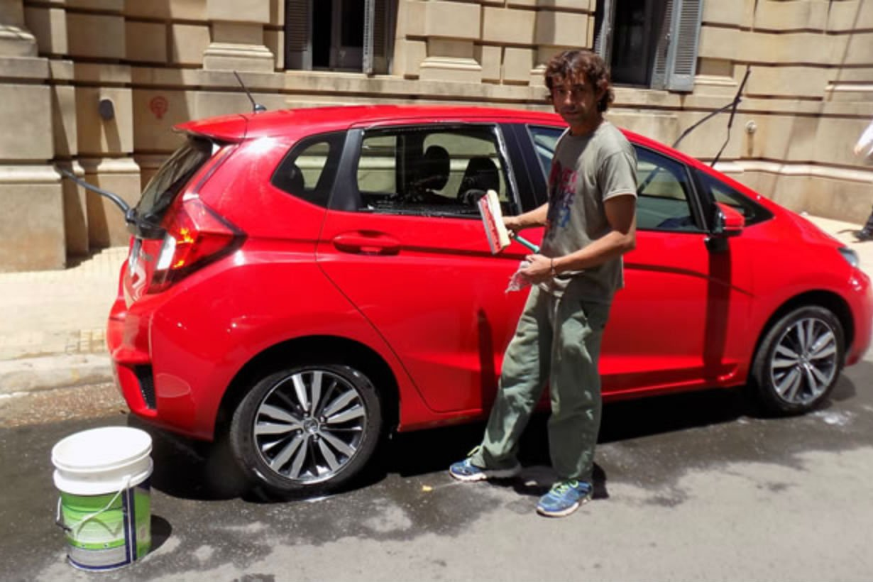 David volvió a lavar autos frente a Tribunales.