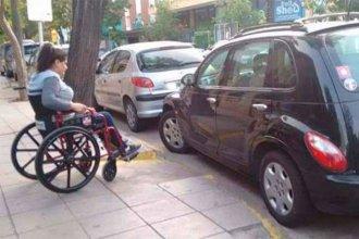 Proponen sancionar a quienes estacionen frente a rampas en las esquinas