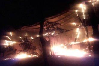 A horas de inaugurarse la temporada de verano, un voraz incendio les destruyó el galpón