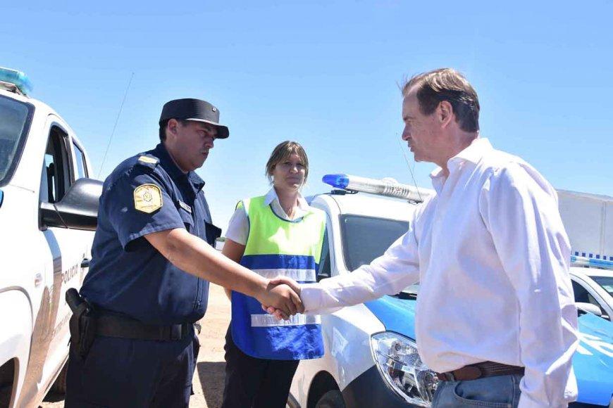 Bordet saluda a un policía en Colón