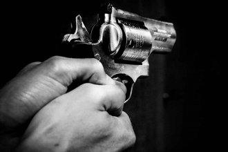 A pesar de la prohibición, fue a la casa de su ex pareja y amenazó a la policía con un revólver