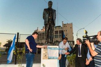 En el nuevo monumento de Alfonsín, precandidato a gobernador se mostró con Varisco