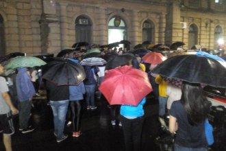 """Bajo la lluvia leyeron el documento """"Concordia por la vida"""" frente a tribunales"""