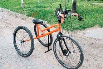 Fabricó una bicicleta adaptada para que un hombre discapacitado pudiera hacer cicloturismo