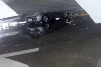 Tras la caída del techo, así quedó el auto que estaba atrapado entre los hierros