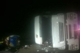 Un camión que llevaba celulosa volcó violentamente y cortó un tramo de la ruta 14