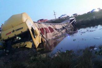 Conductor de un camión quedó atrapado tras caer cerca de un arroyo