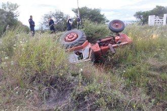 Un hombre murió al volcar en el tractor que conducía por un camino vecinal de Tala