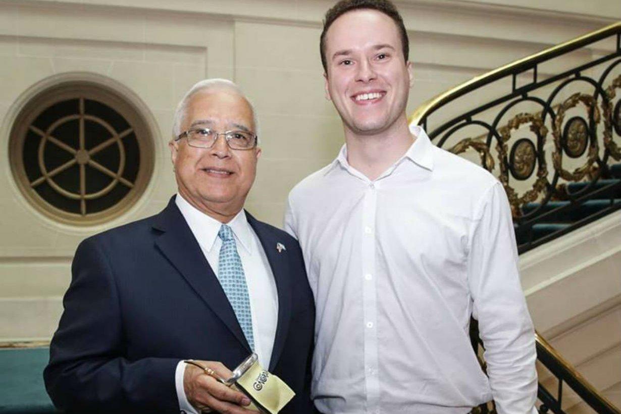 El joven entrerriano con el embajador Prado.