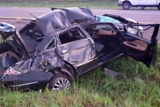 Destrozaron el auto y terminaron en el hospital, tras volcar en la autovía 14