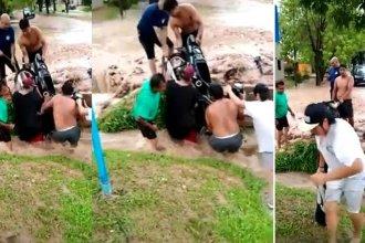 Video: En medio del temporal, cayeron con su moto en una zanja y terminaron en el hospital
