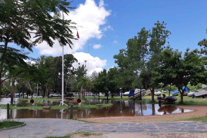 El agua avanzando sobre el puerto uruguayense.
