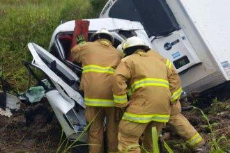 Despistó, volcó y quedó atrapado dentro del camión