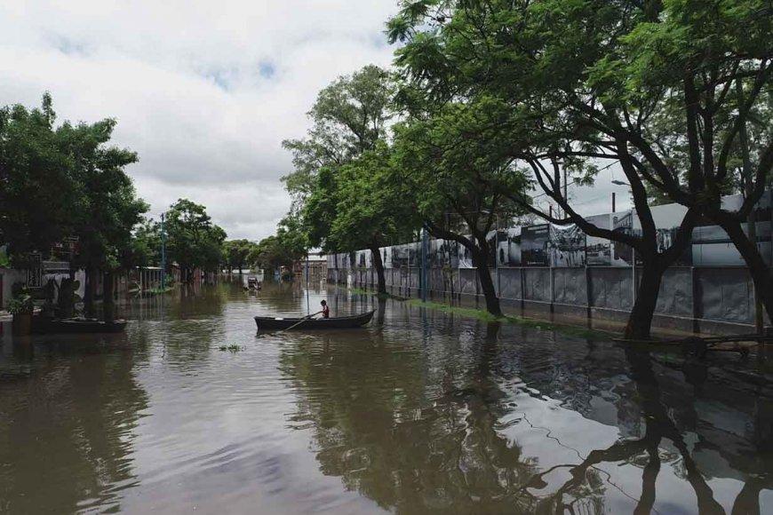 Remando al lado del Museo de la Inundación