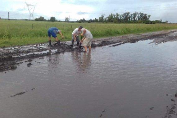 Granjeros quedaron aislados y denuncian el abandono de uno de los principales caminos para la producción avícola