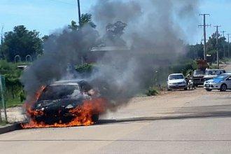 A un auto le explotó su motor y ardió en llamas, en plena mañana de Federación