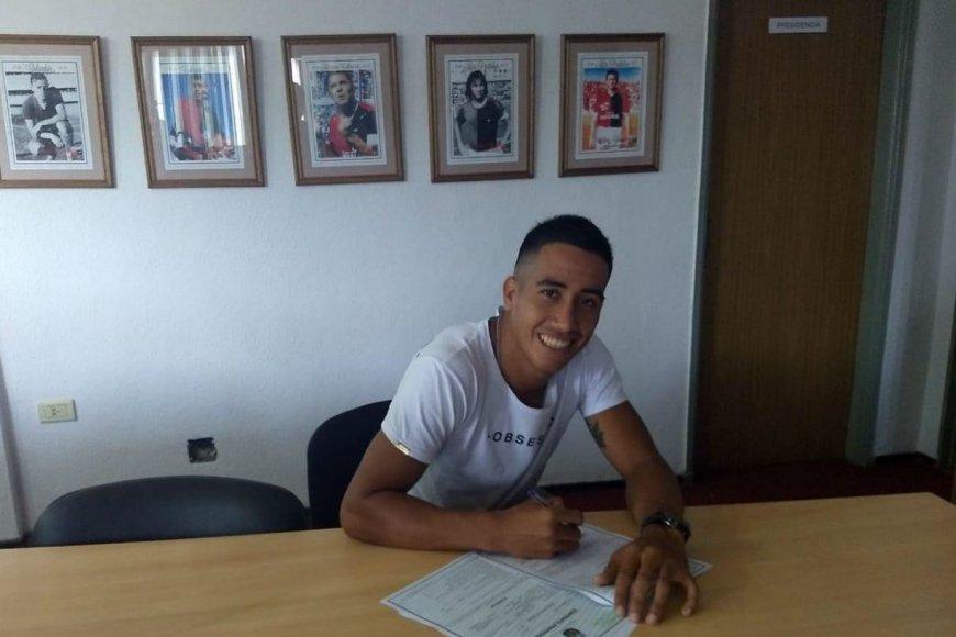 Quiroz firmó ayer su primer contrato.
